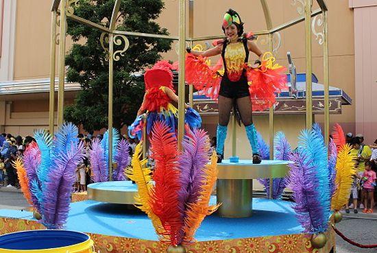 鳥の衣装を着たダンサー