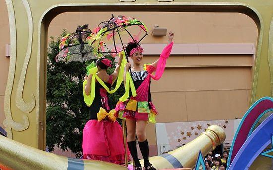傘をさした女性キャスト